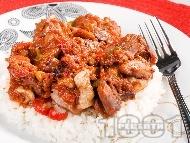 Пилешко месо задушено с чушки, маслини, домати и червено вино върху варен бял ориз